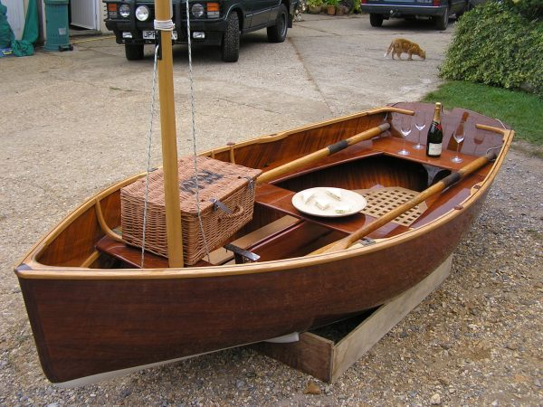 Cold moulded sailing dinghy